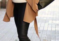 beige Wildleder Trenchcoat, weißer Strick Rollkragenpullover, schwarze enge Hose aus Leder, schwarze Schnürst
