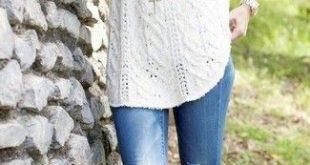 weißer Strick Oversize Pullover, blaue Jeans, braune kniehohe Stiefel aus Leder, hellbeige hohe Socken für Da